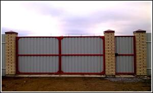 Вид на ворота со двора