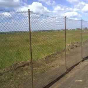 Простой забор из сетки Рабица.