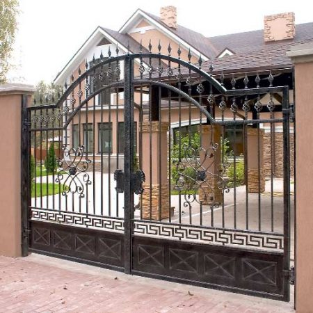 Кованые въездные ворота.