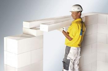 Внутренняя стена из газобетона армируется стекловолокном.
