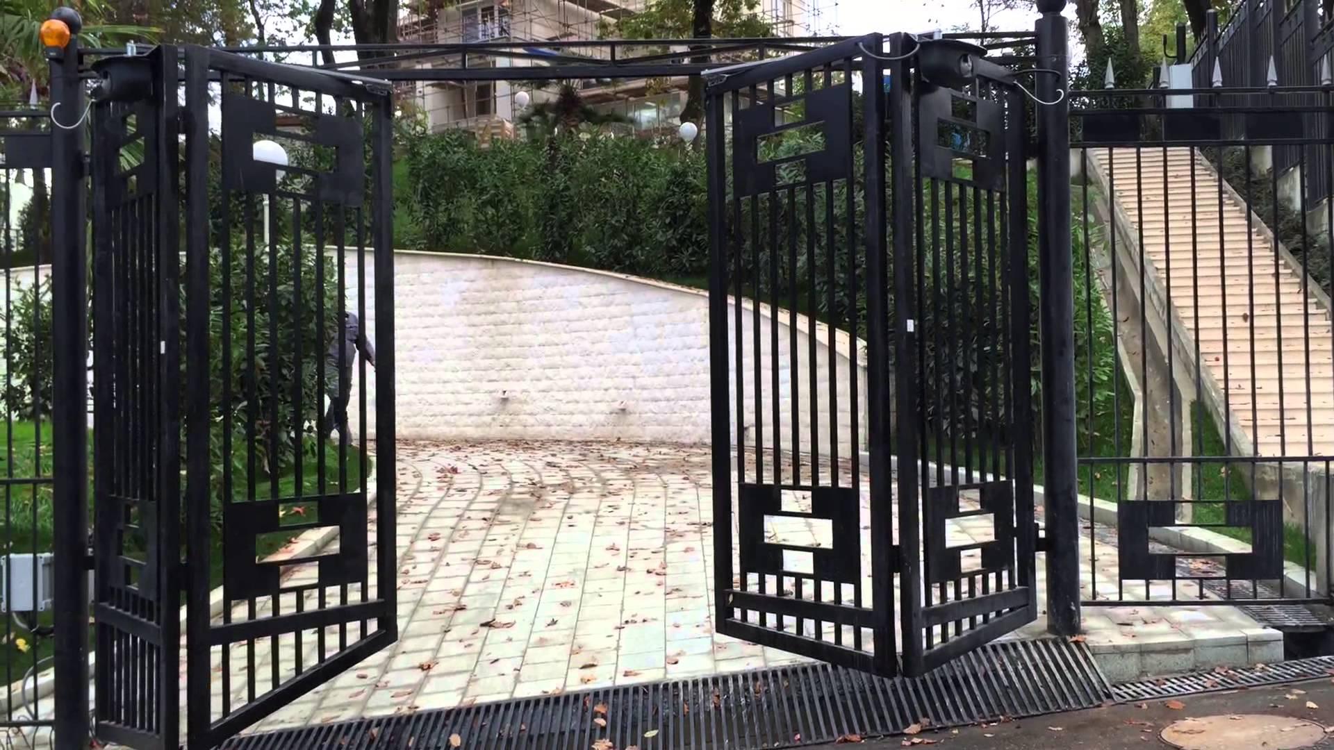 Cкладывающиеся ворота «гармошка» делают фасад привлекательнее.