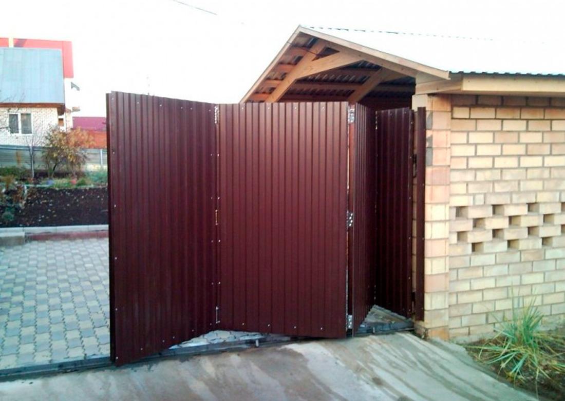Ворота с «гармошкой» на даче.