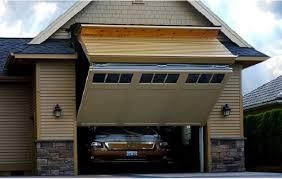 Горизонтальные складные ворота в гараже. http://www.proprofnastil.ru/.